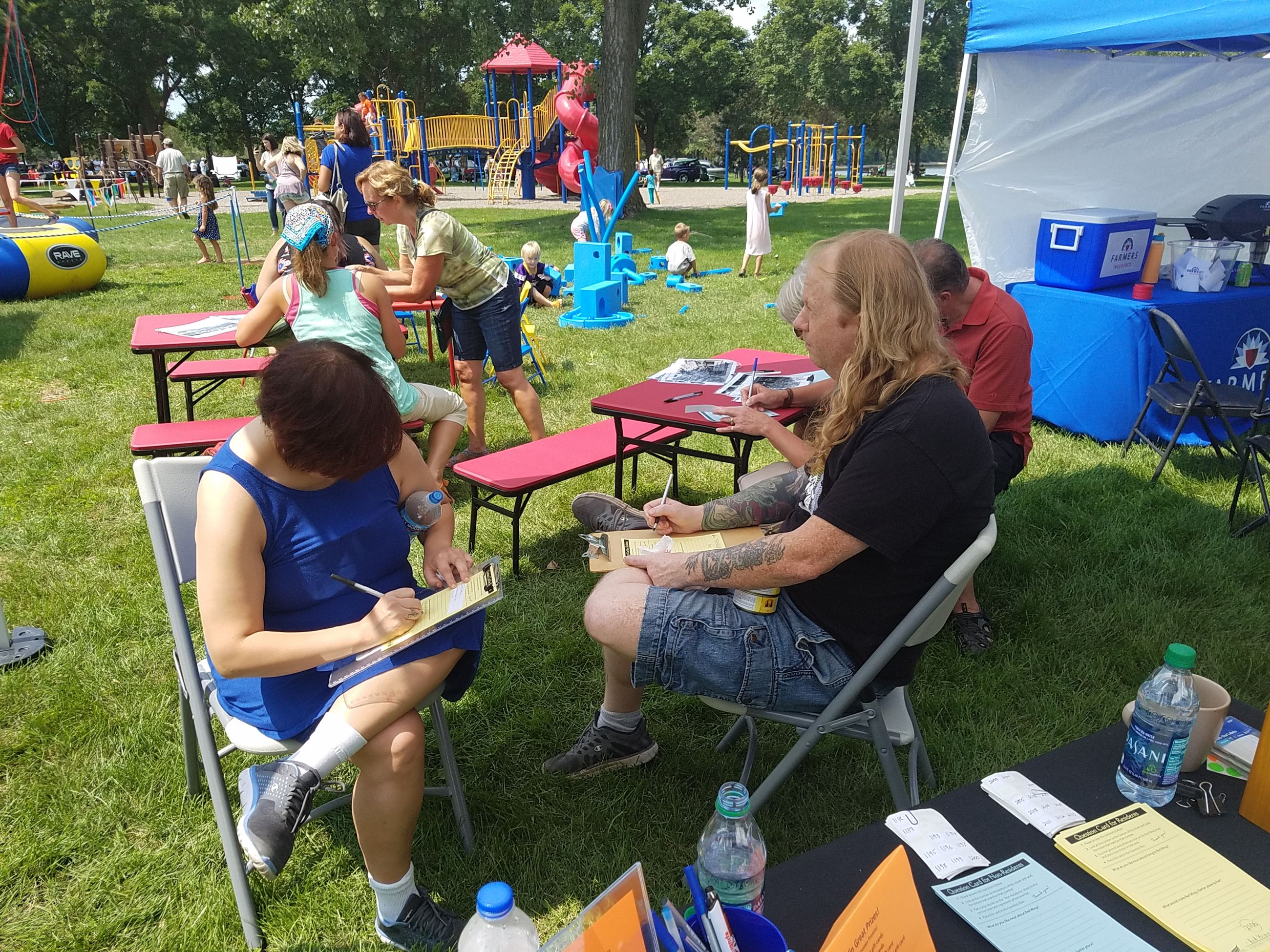 Image of residents filling out 2040 Question Cards at River City Days 2017